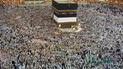 Hundreds throng around the Kaaba at the start of Hajj (photo: Al Jazeera English, CC BY-SA 2.0)