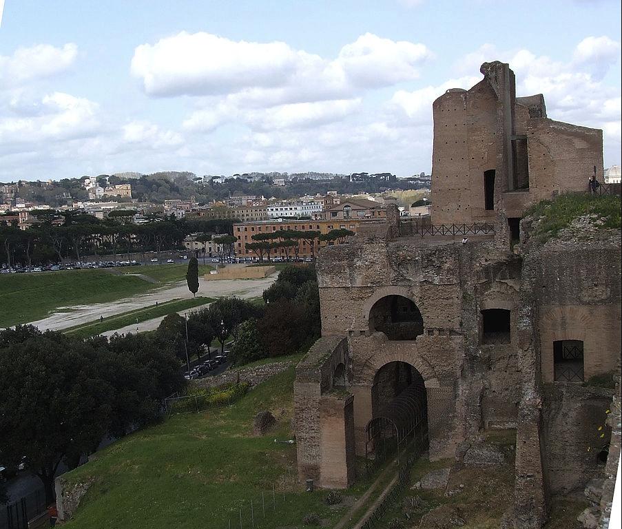 Roma'daki Palatine Tepesi'nde bulunan imparatorluk sarayının kalıntıları, sağda; sarayın altından görünen Circus Maximus patikası, solda