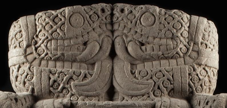 Cobras de frente para o outro (detalhe), Coatlicue, c. 1500, Mexica (asteca), encontrado na borda SE do Plaza mayor / Zocalo, na Cidade do México, basalto, 257 cm de altura (Museu Nacional de Antropologia, Cidade do México)