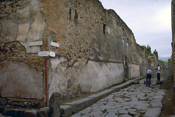 Street view, House of the Vettii, Pompeii (photo: Mark L. Brack, 1995, posted by Penn State University, CC BY-NC 2.0)