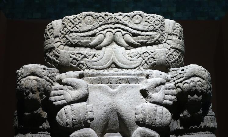 Cobras e torso (detalhe), Coatlicue, c. 1500, Mexica (asteca), encontrado na borda SE do Plaza mayor / Zocalo, na Cidade do México, basalto, 257 cm de altura (Museu Nacional de Antropologia, Cidade do México)