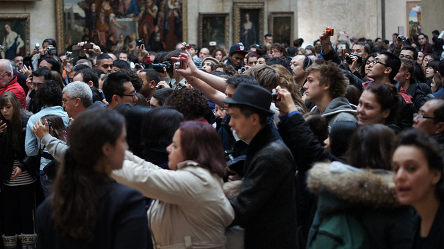 People taking photos of the Mona Lisa, photo: Heather Anne Campbell, (CC BY-NC-ND 2.0) <https://www.flickr.com/photos/call-to-adventure/8159509811>