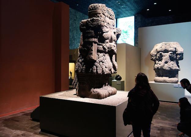Coatlicue, c. 1500, Mexica (asteca), encontrado na borda SE do Plaza mayor / Zocalo, na Cidade do México, basalto, 257 cm de altura (Museu Nacional de Antropologia, Cidade do México)