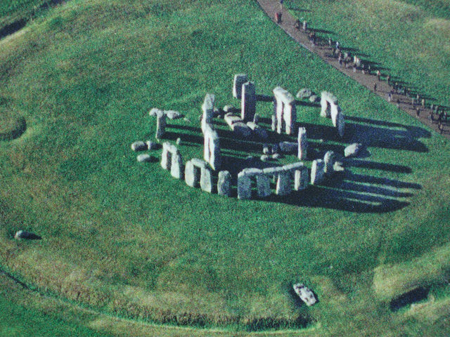 Aerial view, Stonehenge, Salisbury Plain, Wiltshire, England, c. 2550-1600 B.C.E., circle 97 feet in diameter, trilithons: 24 feet high (photo: timeyres, CC BY-SA 2.0)